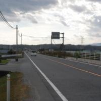 何の変哲もない田舎道の風景?