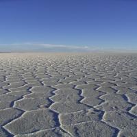 地平線まで続く白い世界。南米・ウユニ塩湖