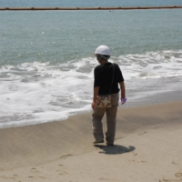 ヘルメット着用のビーチ「よみがえれ白砂青松」