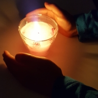 キャンドルの灯に家族で祈りをこめました