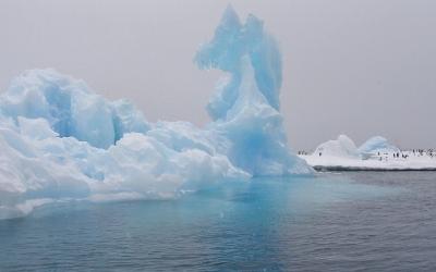 素敵な旅の兆しか、あるいは苦難の前触れか。南極航路に虹かかる