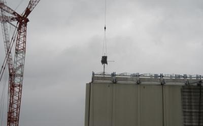 1号機カバー内へ飛散防止剤の散布が始まる