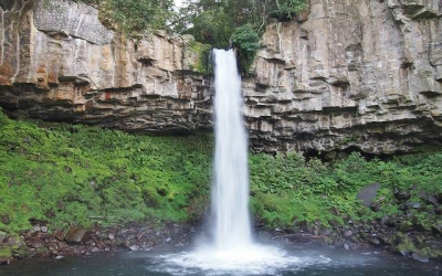 せり出した岩から流れ落ちる豪快な滝 ~伊豆・万城の滝~