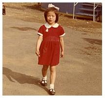 6才頃の岡崎さん。今はなき多摩川園遊園地にて