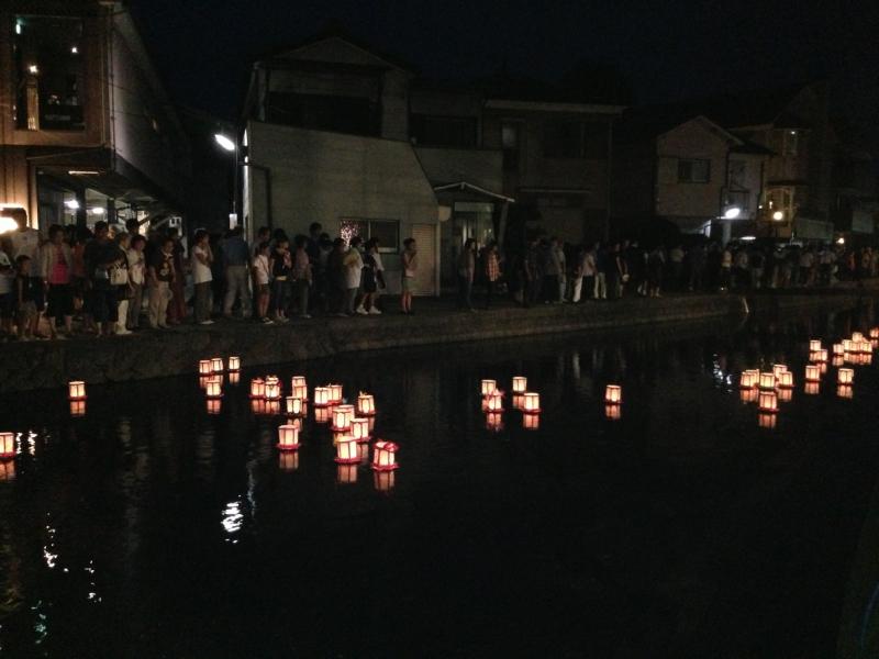 灯篭が流れる桜川