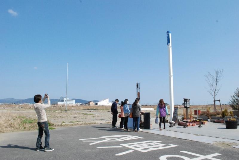 この場所を訪れた人に、津波到達ポールが震災の現実を突きつけます