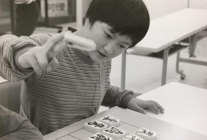 将棋は小学校の先生を負かすほどの腕前で一目置かれていた。