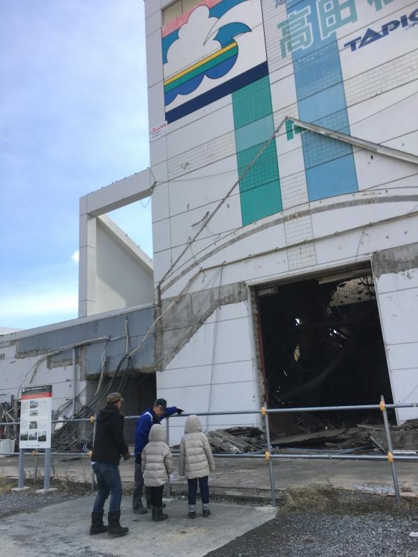 建物の左に津波の到達した高さが記されています