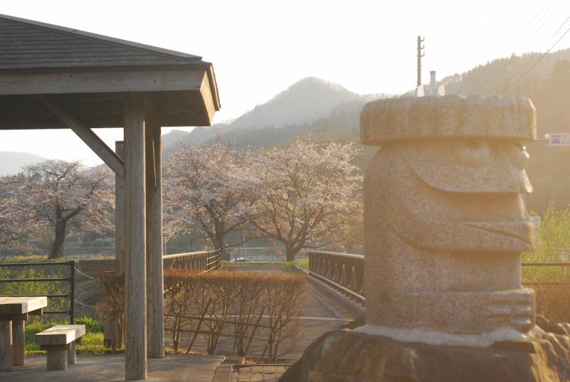 遠野名物「河童」のモニュメントと桜並木