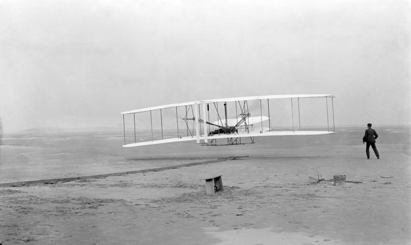 飛行するライトフライヤー(Wikipediaより引用)