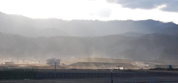 別の日、高田高校付近からの砂塵舞う中心市街地の工事現場