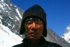 標高7,000m以上の山を何日もかけて登るため雪焼けで真っ黒。K2峰登頂を終えて