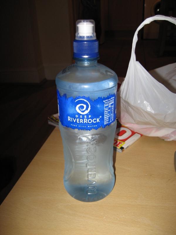 コンビニで買った水。
