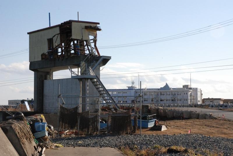 岩井橋水門の向こうに気仙沼向洋高校を望む