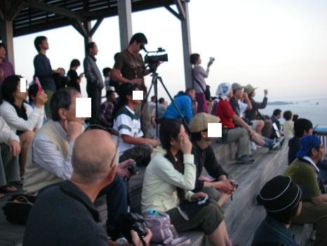 父島の夕陽の名所「ウェザーステーション」、夕陽目当てに多くの人が集まる