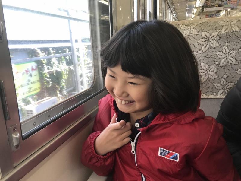 真鶴へ出発直後。学校へ行く時と同じジャケット、同じリュック、同じ電車なのにとてもうれしそうな娘。前歯が水木しげるの世界ですね。かーわいい♪