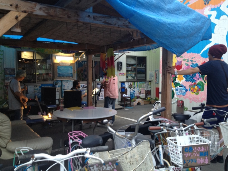 花の芽をつなぐ…の壁画の前の特設あずま屋、兼、ライブの特等席