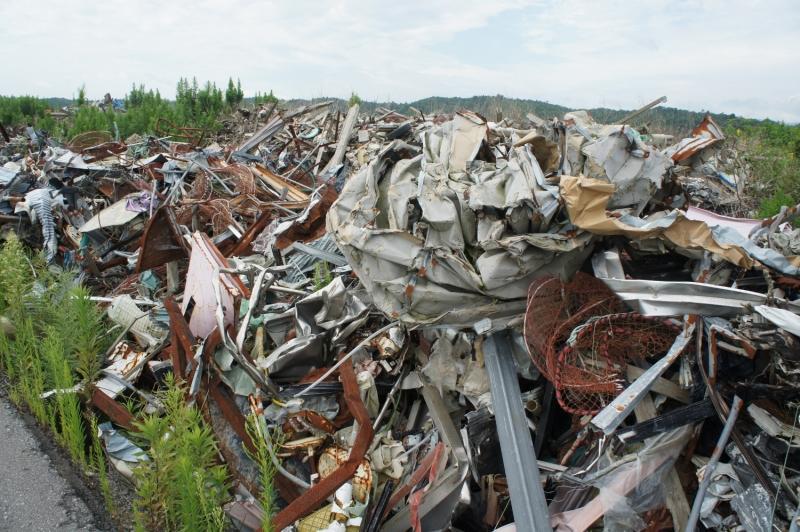 道路脇には、瓦礫が積まれたままだった。高さはおよそ1~2mほど。