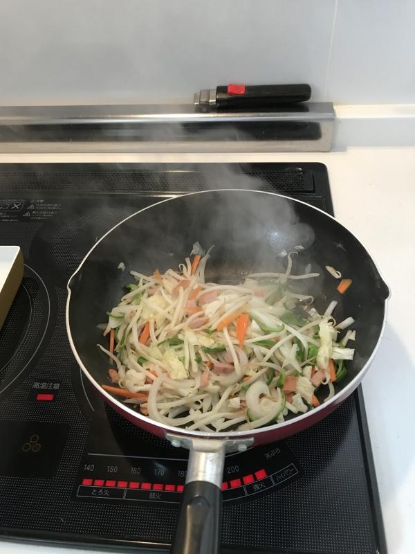 野菜、ソーセージを炒める