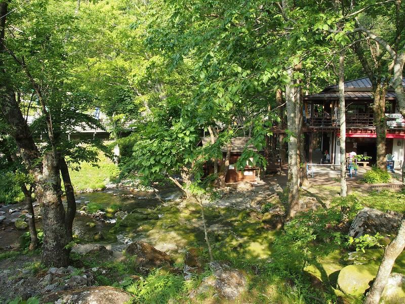入口付近には、土産物屋などがある。川を挟んで対岸には、龍泉新洞がある