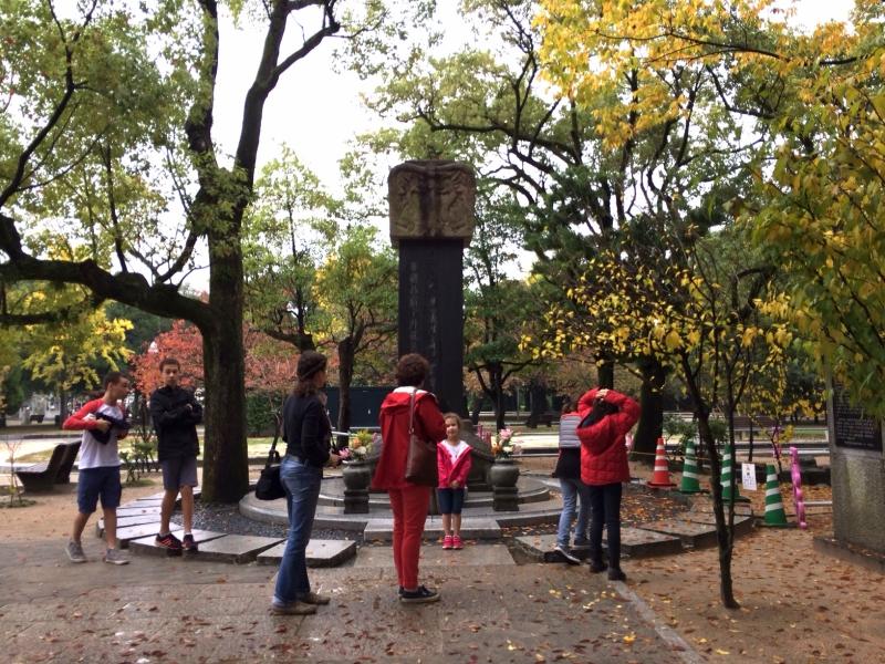 平和記念公園の西側にある韓国人原爆犠牲者慰霊碑には、海外からも多くの人が訪れる