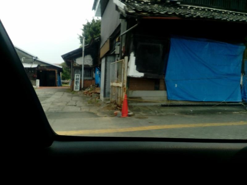 ブルーシートが掛けられたままの建物もいたるところに見られる