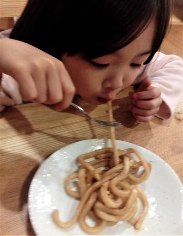 娘もやはり1本ずつ食べていました。