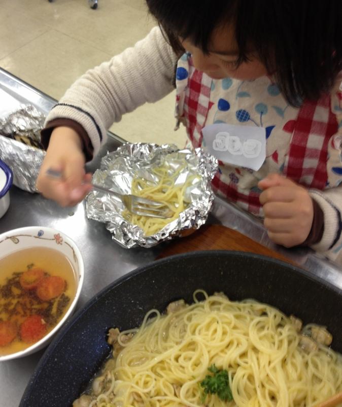 熱いので、娘はアルミホイルのお皿で試食