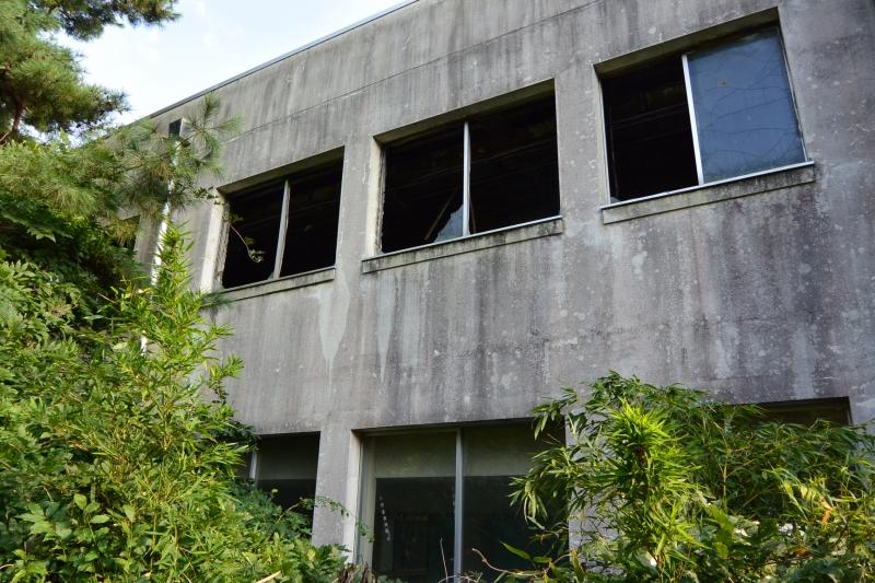 校舎裏から見ると、3階は火が回っていて、2階はそのまま