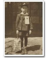 小学校入学式。名前の名札がとっても大きかった。昭和37年頃は、すべて手作りの時代だった