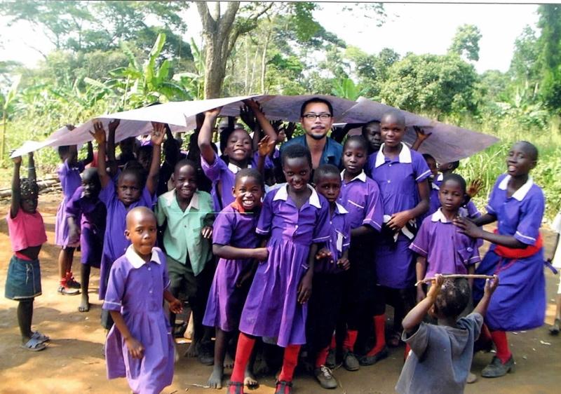 ウガンダでの記念ショット。言語を超えて絵で心を通わせた。