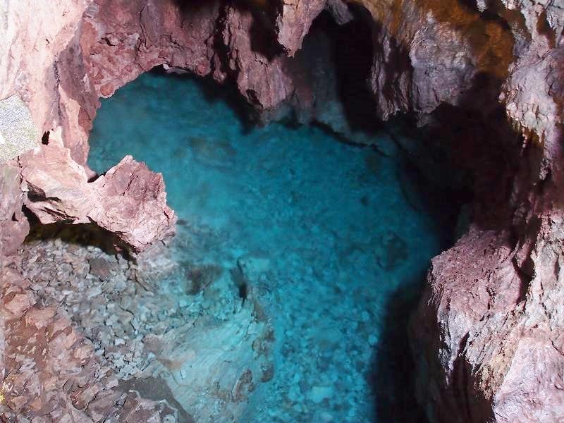 長命の渕。ドラゴンブルーと呼ばれる透き通った龍泉洞の水
