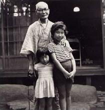 杉並区の生家にて。4つ違いの妹・典子さんは作詞家として現在活躍中。