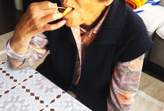 おばあちゃんもお味見。おばあちゃんはフキノトウを生まれて初めて食べて、美味しいと言って感動していました。