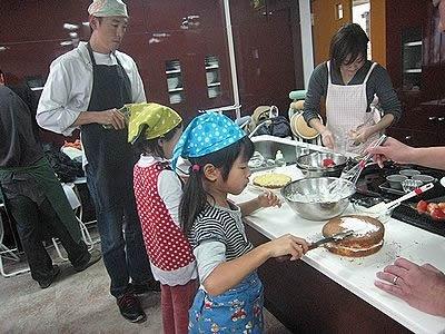 市川市主催2010年12月「親子de クッキング」の様子。父と子でクリスマスケーキを作ってお家へ持ち帰り。ランチも作って食べました。