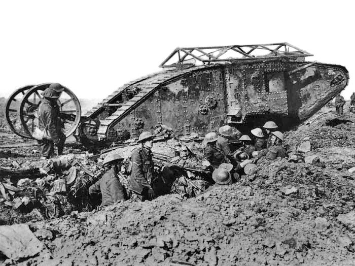 """塹壕を突破するため初めて実戦投入されたイギリス軍の戦車「マーク I """"雄""""」"""