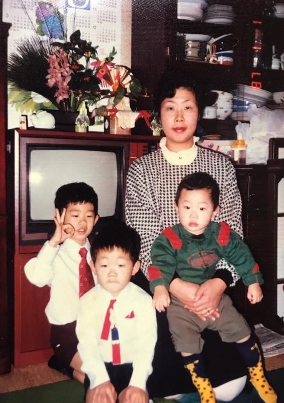 母と三兄弟。益山さん5歳の頃。