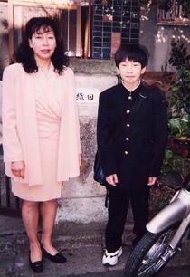 中学校時代に自宅前で母でコーチの憲子さんと一緒に。