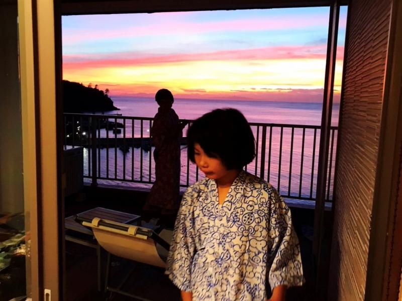 夕陽に感激するママと夕食をガン見する娘