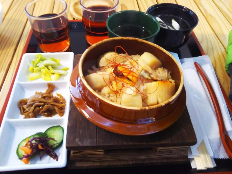 女川丼を食べようと思いましたが、おかせいさんはとても混んでいたため他のお店でホタテの釜飯をいただきました。
