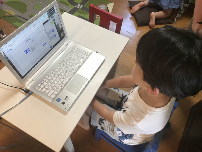 勉強会開始の時間を今か今かと待つ長男。PCをさわること自体がほぼ初めてだったため、ちょっとドキドキ。