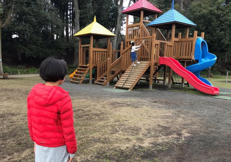 小さい頃に好きだったすべり台を覚えていたようで、公園に行くや否や何度も連続ですべったあと「何が楽しかったんだっけ…?」という背中で見つめる娘。この公園がある御殿場市では今週から学校が再開されました。新型コロナウイルスが1日でも早く終息しますように。