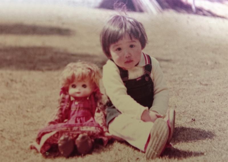 三姉妹の長女として穏やかに育った。