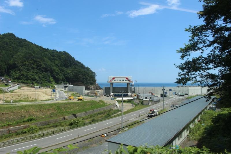 三陸鉄道の車輌を模した水門が見えます。