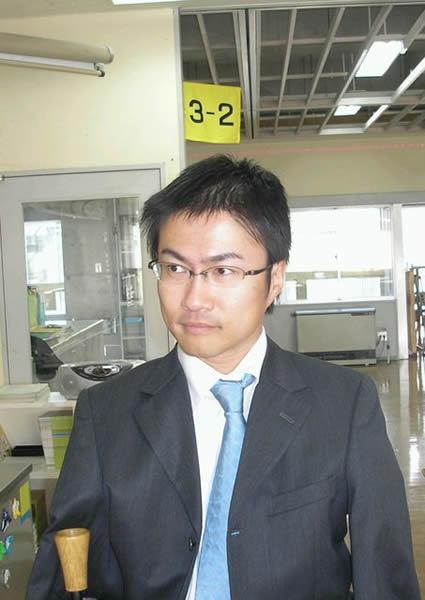 教室を出ても、常に仕事が山積みの教員生活。珍しくスーツ姿のオトタケ先生。