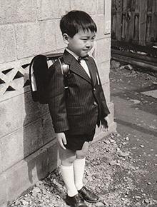 小学校入学の時、お父上が作ってくれたお洋服を着て。