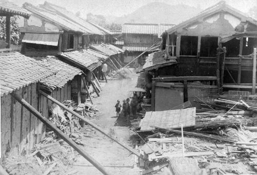 「飽田郡高橋町字川端家屋崩壊之景」 | 国立科学博物館地震資料室
