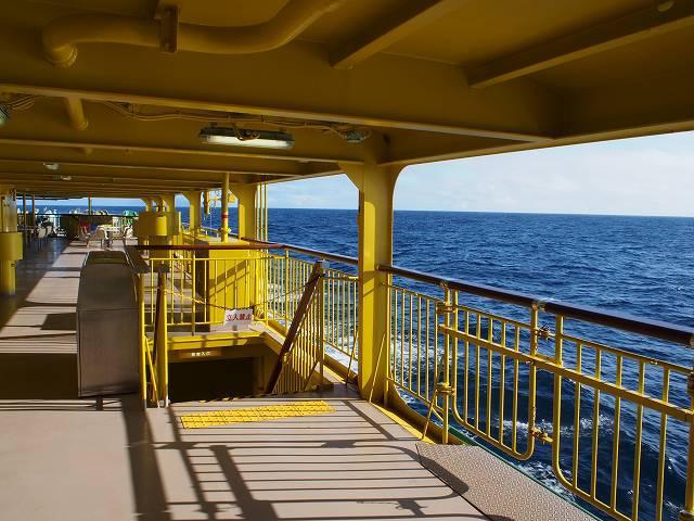 大海原を見ているととても爽快。船に驚いたトビウオがときおり飛んでいる