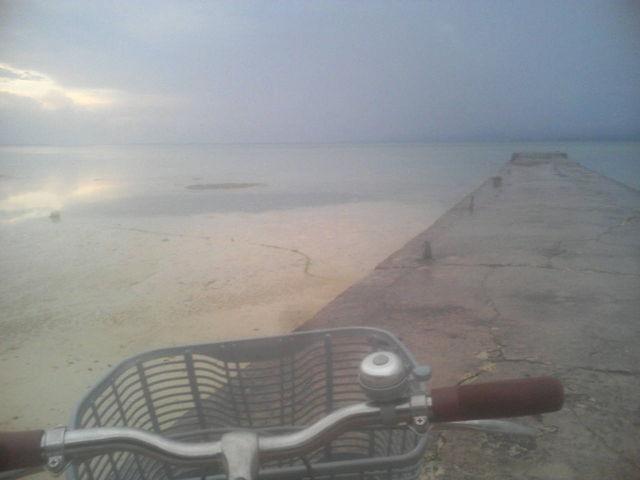 夕方のビーチ、間もなく夕陽が沈む・・・(携帯電話の写メで撮りました)