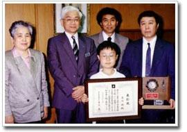 松阪屋夏休み子ども将棋大会で優勝。小学2、3年生の頃、既に頭角が。
